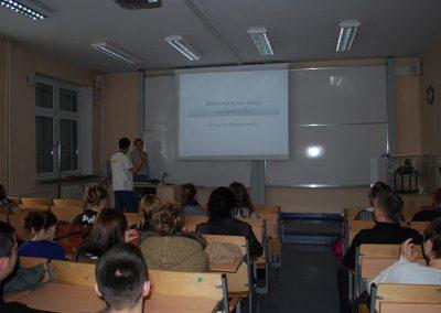 """Wykłady otwarte pt. """"Jak matematycy tworzą modele matematyczne"""" oraz """"Matematyczna harmonia drgań"""""""